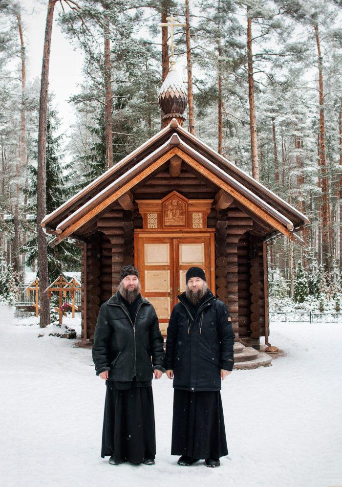 У часовни в честь преподобного Серафима Вырицкого на территории Казанского храма. Фото Натальи Чилиевич