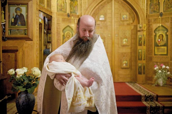 Таинство Крещения в Казанском соборе совершает иеромонах Кирилл. Фото Станислава Марченко