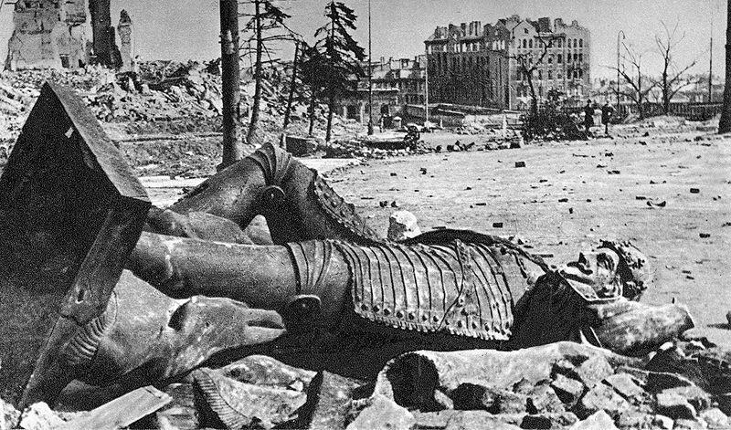 800px-Overthrown_statue_of_King_Sigismund_1945