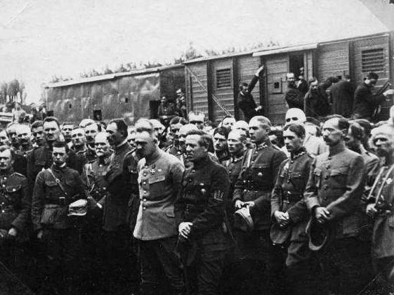 Piłsudski,_Petlura_Polish_and_Ukrainian_Officers_1920