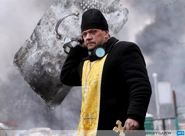 Священник Киевского Патриархата на баррикадах Майдана