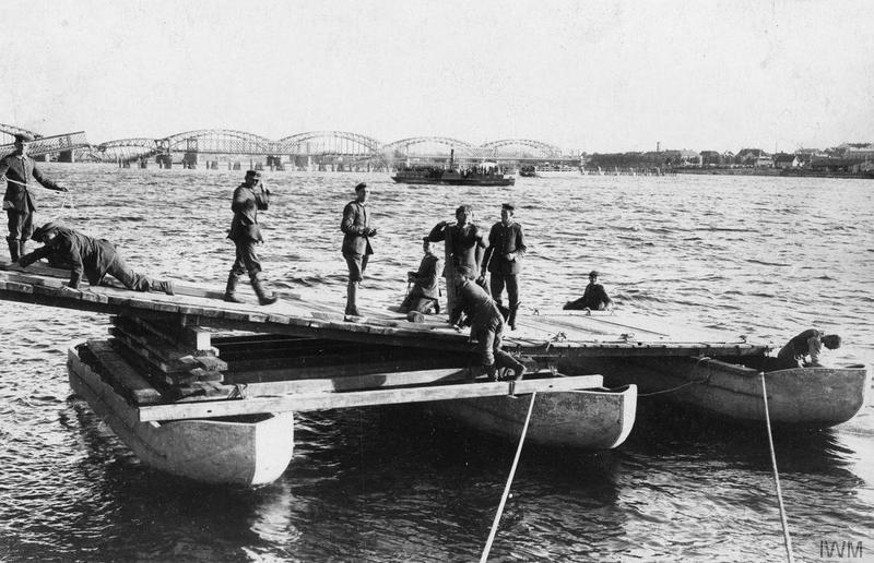 Германские понтонны на Даугаве в районе Риги. 1917 год.