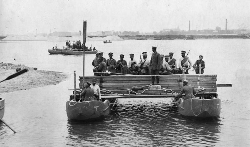 Немецкие саперы подгоняют понтоны для постройки наплавного моста через Вислу.