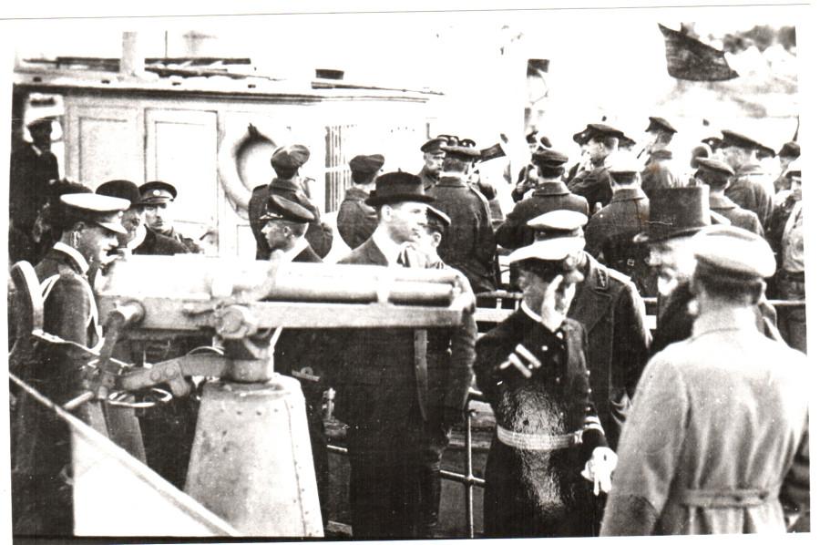 Командующий флотом Пукитс и президент  Чаксте. Смотр  флота 1920г