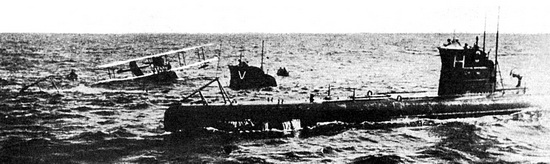 Потерпевшую в аварии летающую лодку «Savoia S-16» в море у Лиепаи спасают шведские подводные лодки «V» и «H». 1923 год.