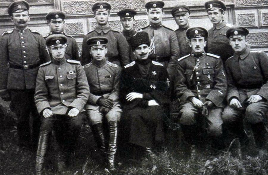 Командующий Западной Добровольческой армией генерал-майор князь П.М.Бермондт-Авалов со своим штабом.