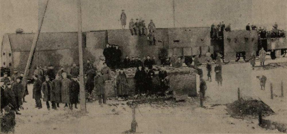 Bruņotais vilciens Kolpaks Liepājā. Pie vilciena viņu komanda latvju un angļu jūrnieki.
