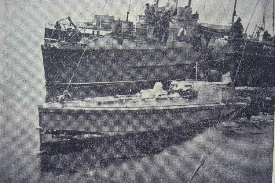 Партизанас и Pollo судно морской озраны Партизанас поднимает из воды лодку контробанд. Поло