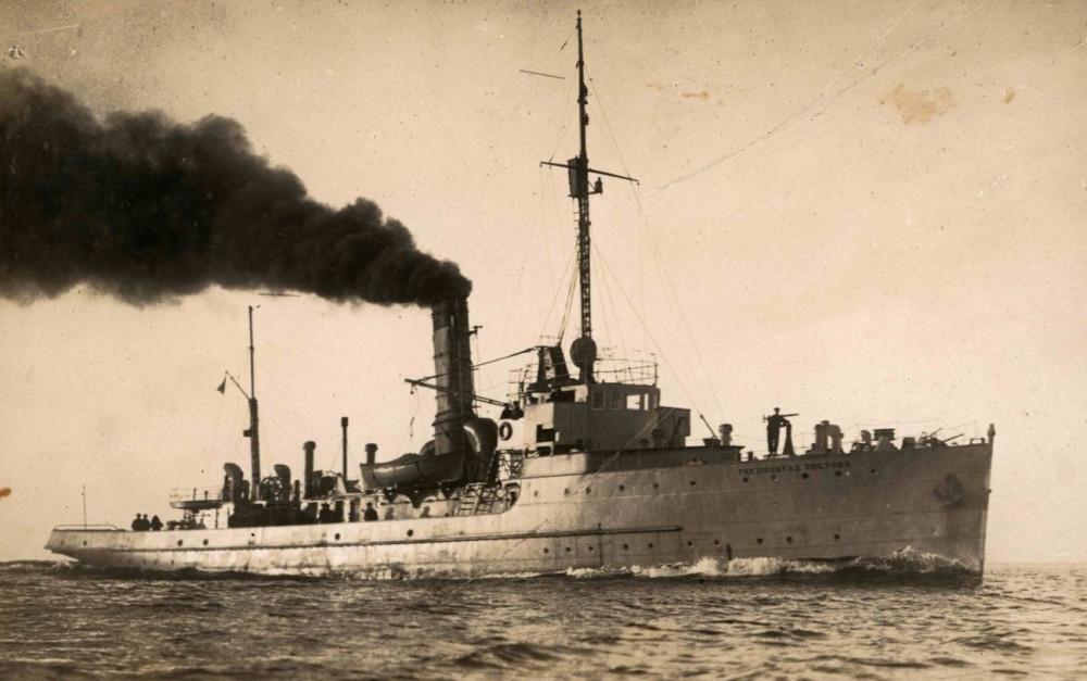 Фотозагадка. Возможно первый вариант вооружение судна — в носу 37 мм 37mm TR L/20 Court Mle 1885 на тумбовом станке. нет не пулеметов не кормового орудия.