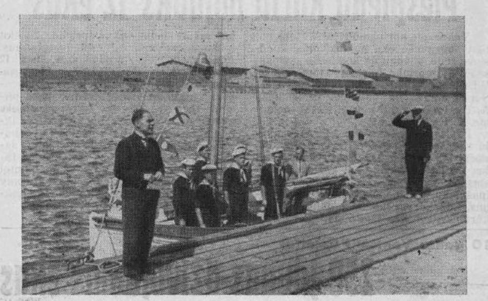 06.07.1937 Мэр Вентспилса А. Сникери передает руководителю 8-го отряда морских скаутов К. Вецкаганс. первую лодку.