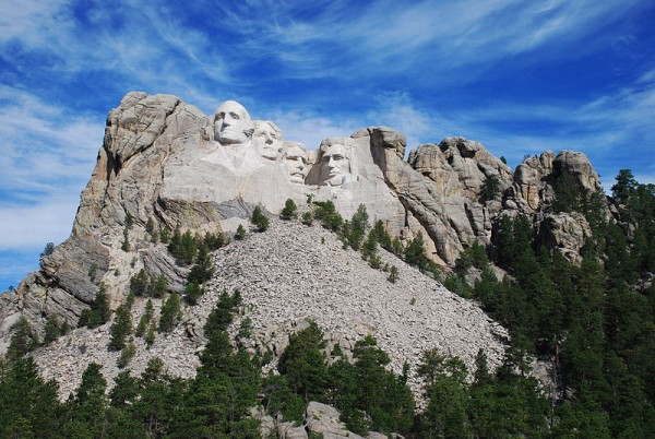800px-Mt._Rushmore_Early_Morning