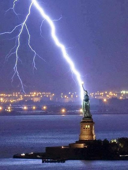 Incredible shot!!! lightning hits the Statue of Liberty!!-2