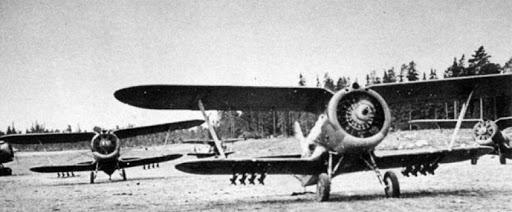 Неуправляемые реактивные снаряды РС-82 на подвеске истребителя И-15.
