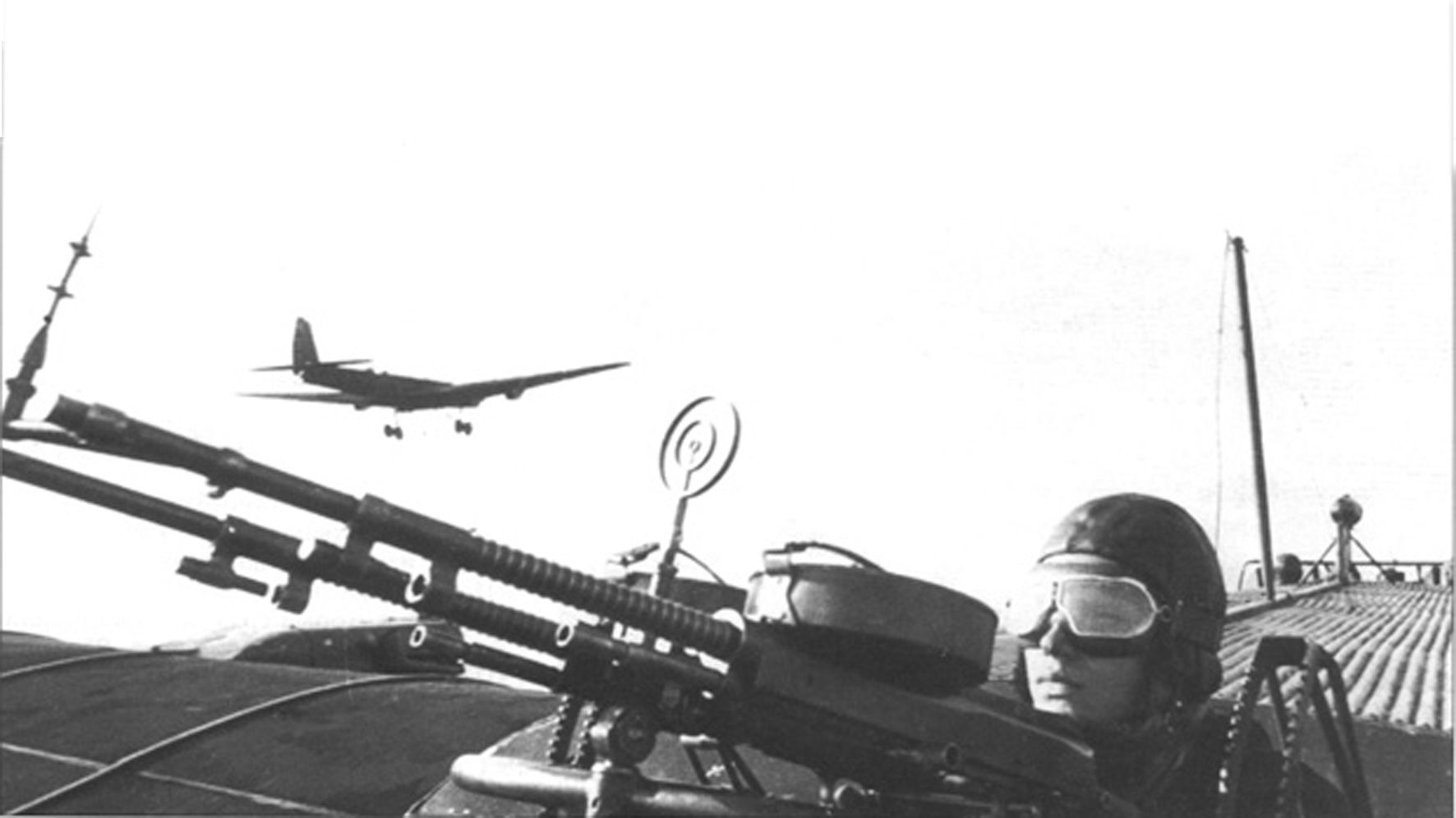 Бортстрелок ТБ-3 за пулеметом верхней огневой точки. По меркам начала 30-ых, спарка 7,62-мм пулеметов была вполне адекватным оружием против аналогично вооруженных истребителей...