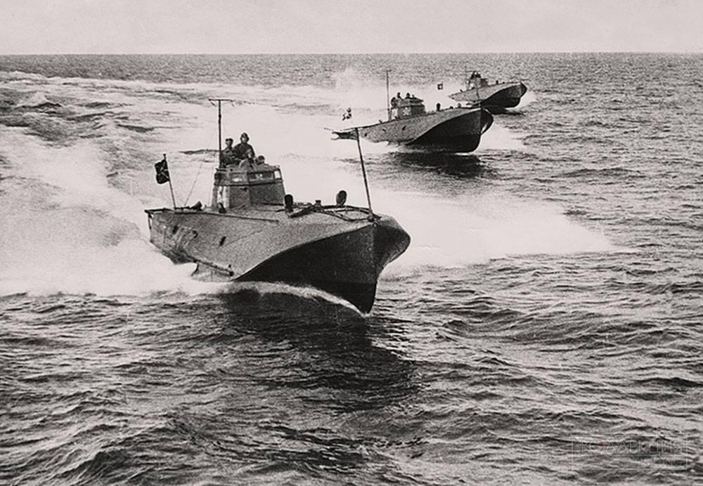 Торпедные катера в атаке.
