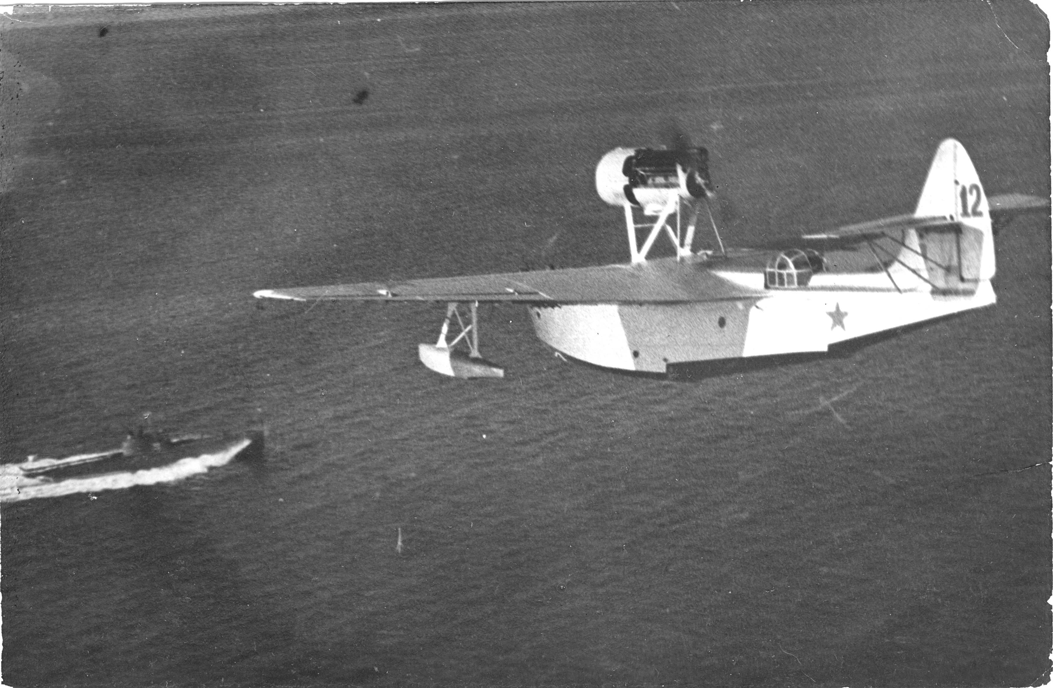 ВОЗМОЖНО самолет МБР-2 выводит в учебную атаку катер волновоого управления.