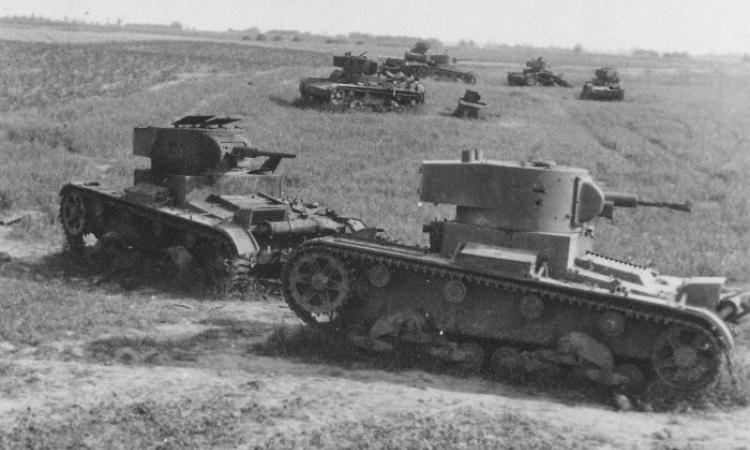 """Телетанк на переднем плане, танк управления на заднем. Телетанк легко идентифицируется по характерным """"ушкам"""" штыревых антенн на башне."""