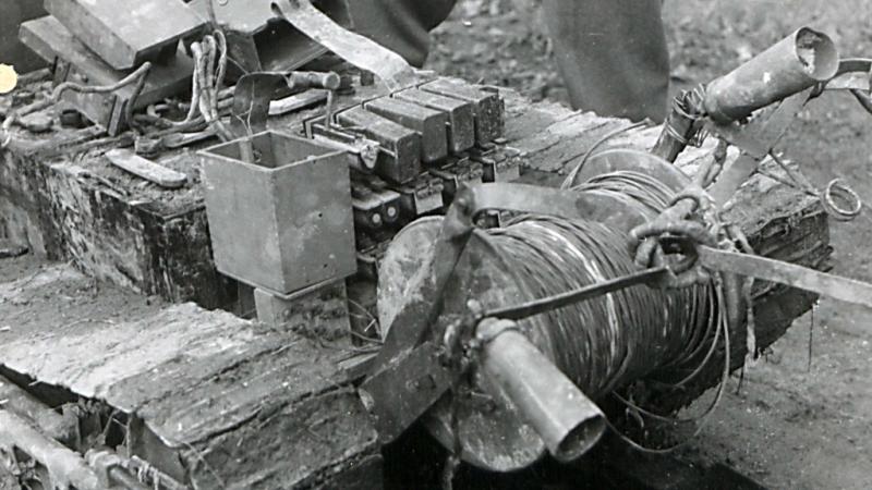 ВОЗМОЖНО танкетка ЭТ-1-627 с катушкой кабеля на корме. За фотографию хочу отдельно поблагодарить Юрия Пашолока.