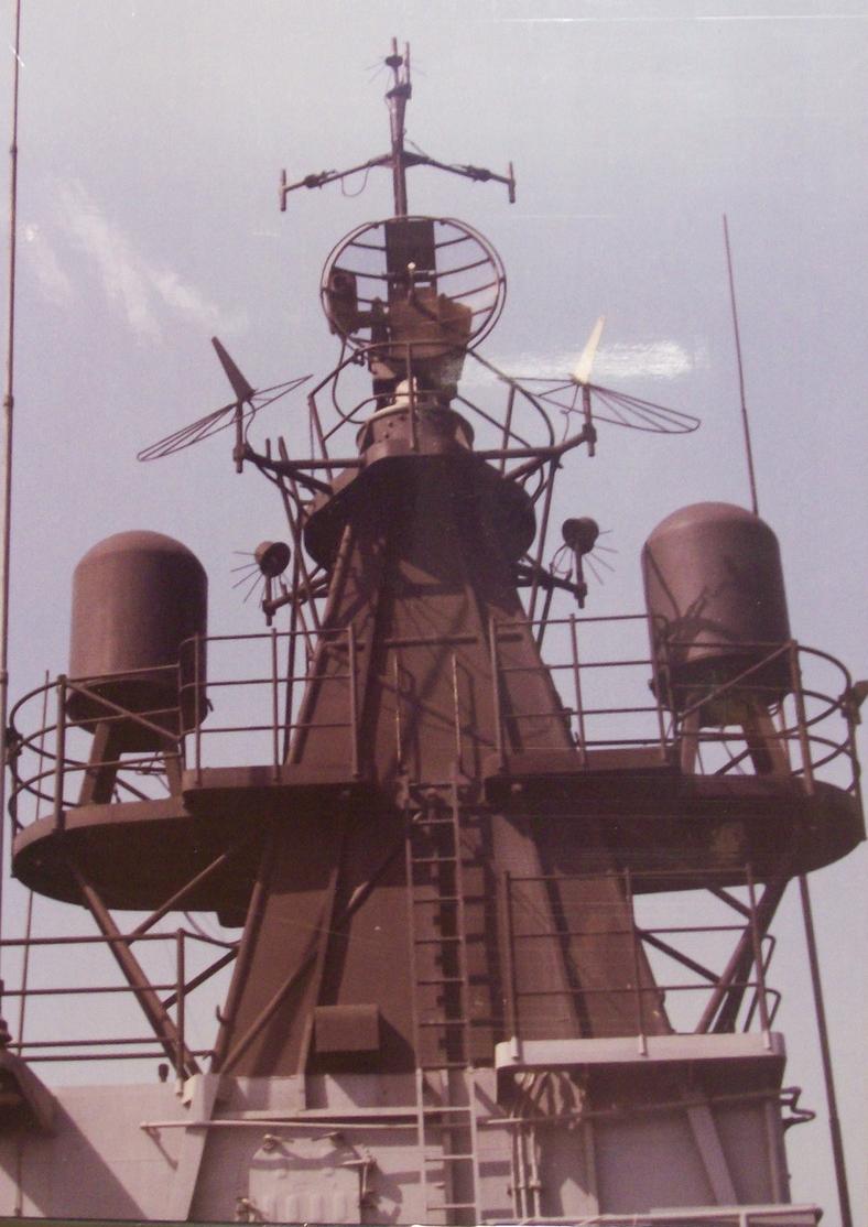 Излучатель имитационных сигналов AN/ULQ-6 под правым обтекателем.