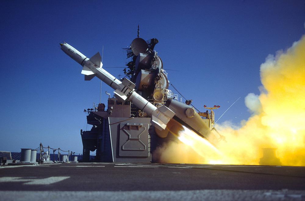 """Запуск дальнобойной ЗУР """"Талос"""". На заднем плане видны массивные """"барабаны"""" антенн РЛС сопровождения цели."""
