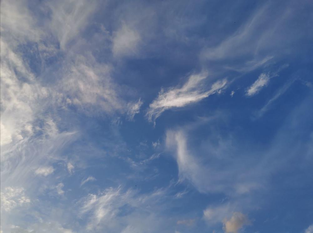 Кто,что видит на этой фотографии, небо?)