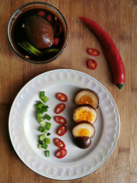 Яйца, маринованные в соевом соусе.
