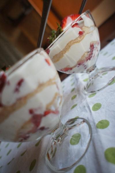 Легкий клубничный десерт с нежным йогуртовым соусом и кардамоном