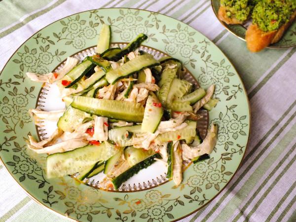Салат из курицы и огурцов по-китайски