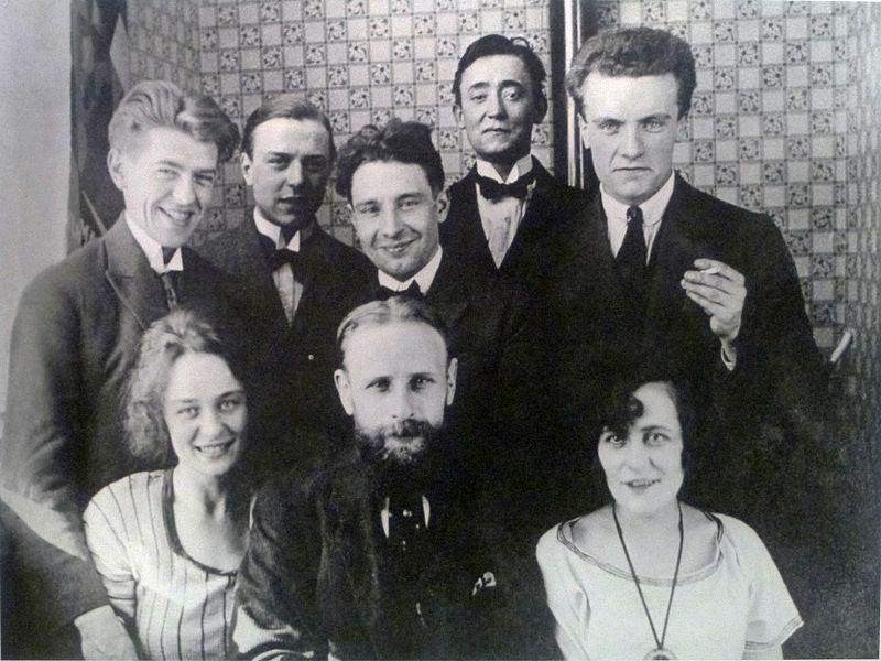 Рене и Жоржетта Магритт, крайние слева в окружении единомышленников, бельгийских художников.