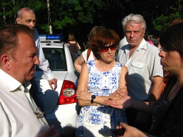 Депутат Нотяг беседует с жителями на народном сходе 9 июля