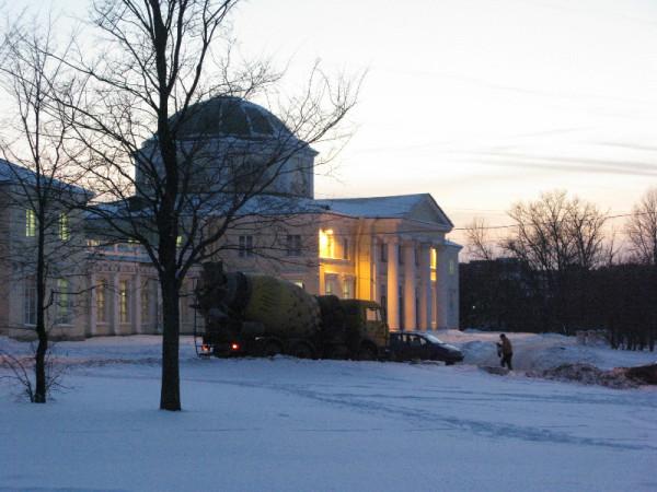 Бетономешалка в парке на фоне дворца в декабре 2012