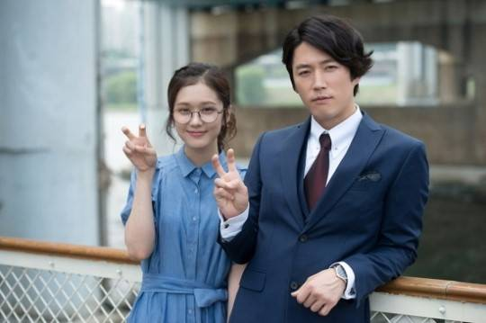 Jang-Hyuk-and-Jang-Na-Ra-thank-viewers-with-th