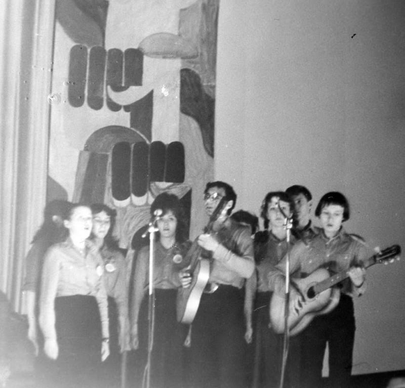 Группа политической песни Memento (я - справа, президент ГИШа Владислав в центре)