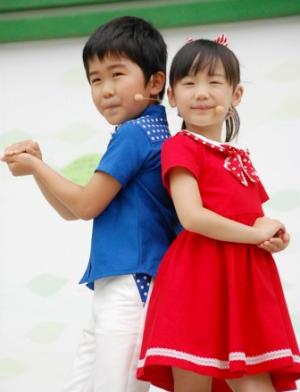 """Ashida Mana and Suzuki Fuku dances to """"Maru-Maru-Mori-Mori"""