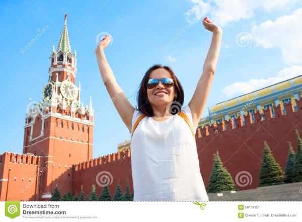 счаст-ивый-турист-евушки-на-красной-п-оща-и-в-москве-россии-56137951.jpg