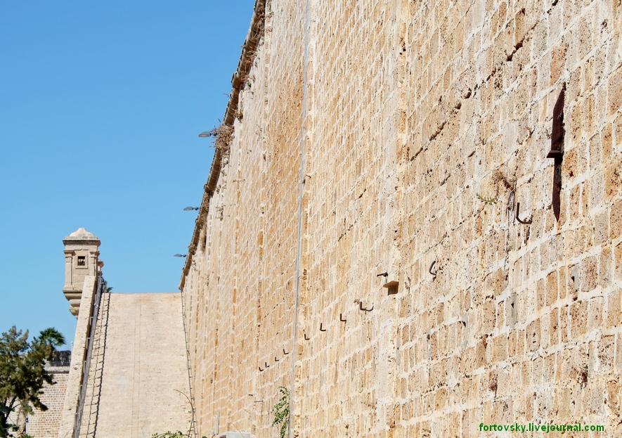на стену