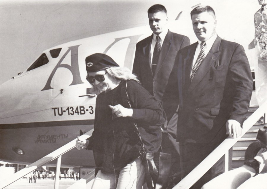 Примадонна спускается по трапу самолета ее имени