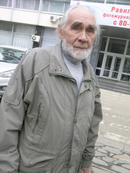Равиль Гареев у Дома печати в Уфе в дни своего 80-летия