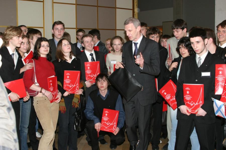 Министр образования Андрей Фурсенко с моложежью из движения НАШИ