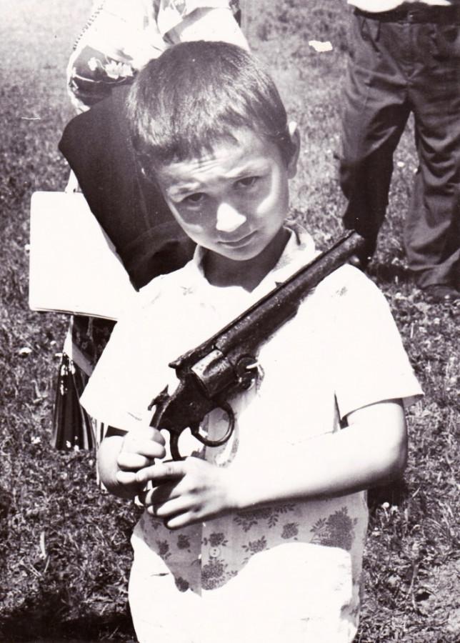 Мальчик из Красного Яра с музейным пистолетом.