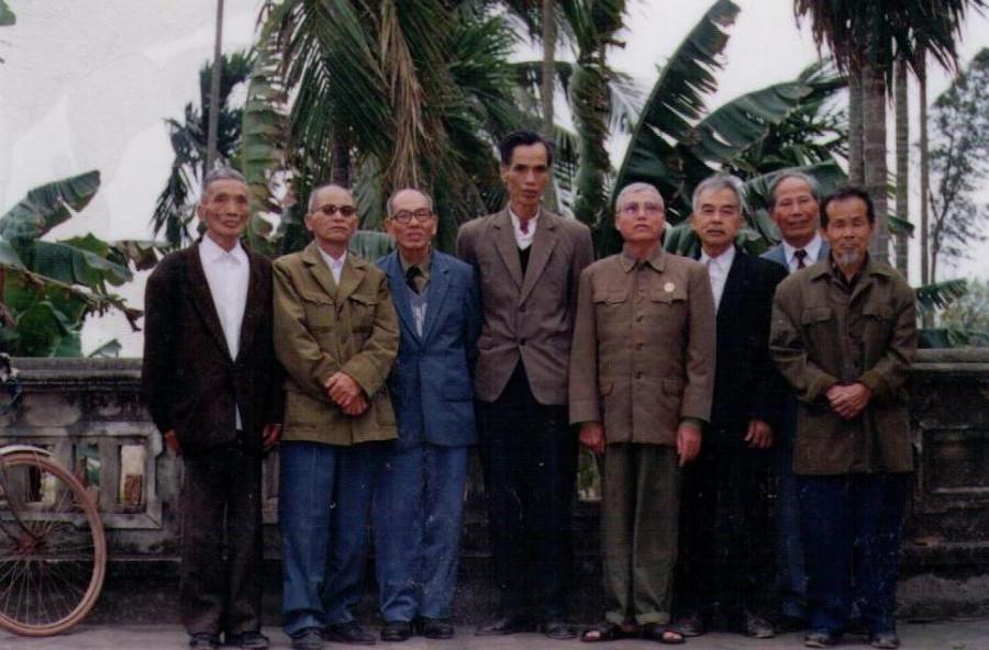 Тхан Ван Хан (отец доктора Тая) с товарищами