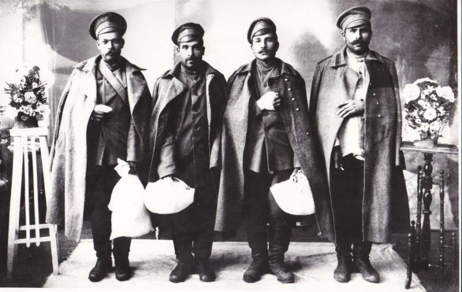 Четверо раненых солдат