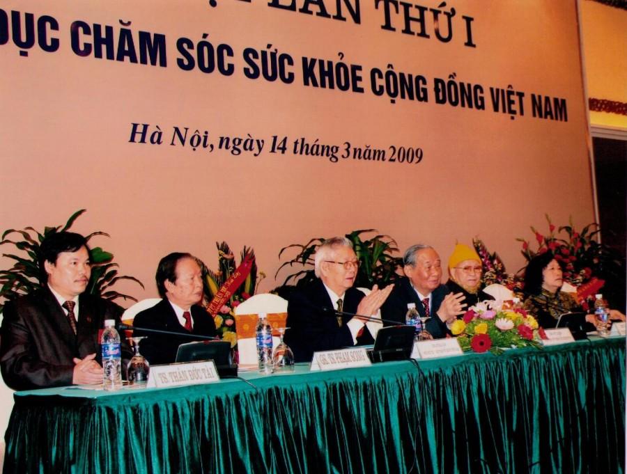 Доктор Тай в составе управления комитета по заботе здоровья Вьетнамской общины
