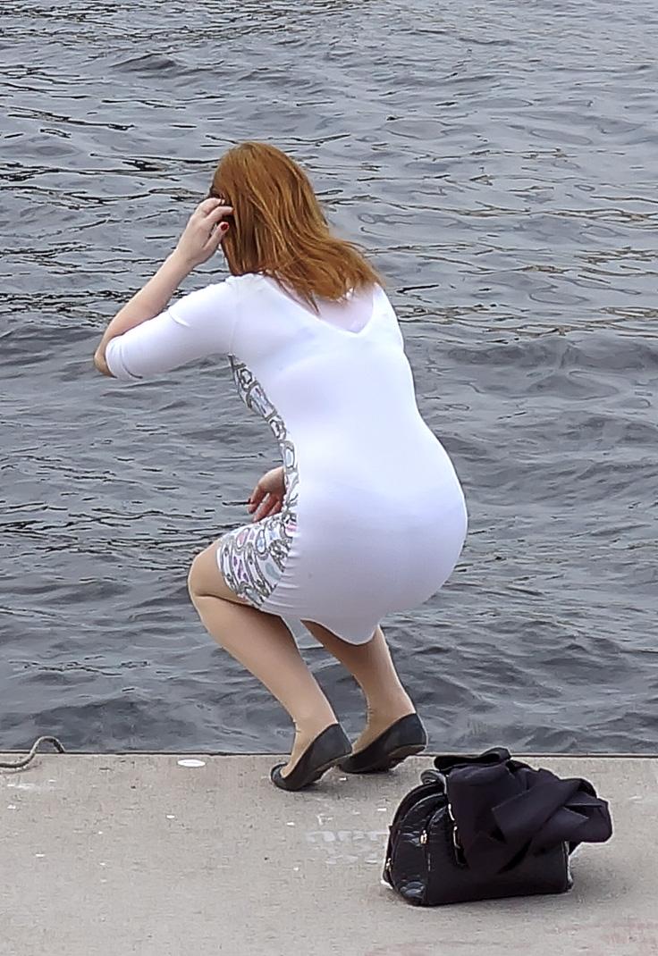 Фотки когда через одежду просвечиваются трусики скрытое видео