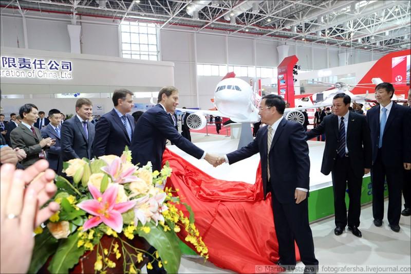 Глава Comac Цзин Чжуан Лун и мантуров около  рос-кит проекта ШФ самолета 4