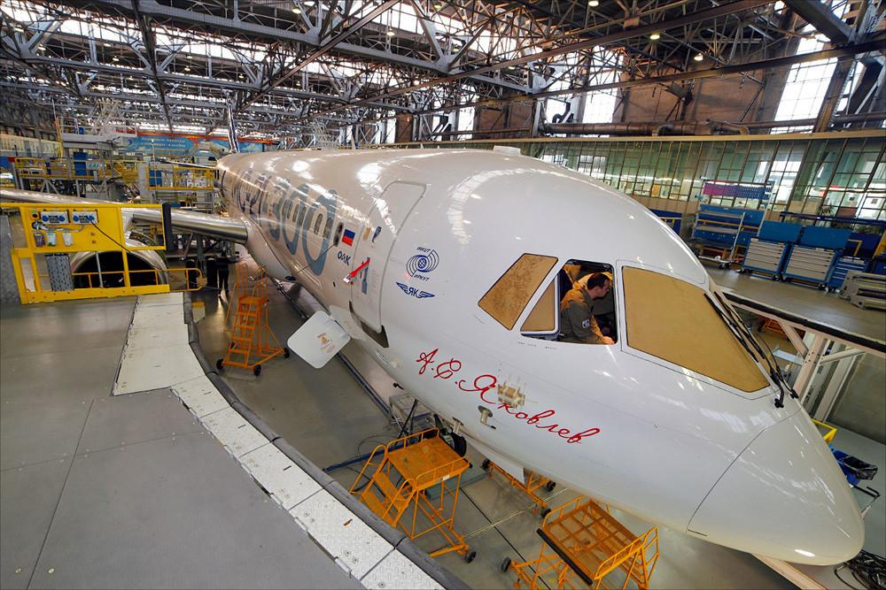 Самолет МС-21-300-0001 в цехе окончательной сборки 1
