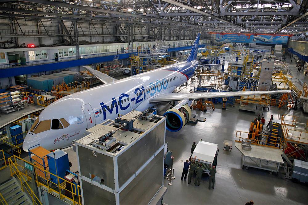 Самолет МС-21-300-0001 в цехе окончательной сборки 3