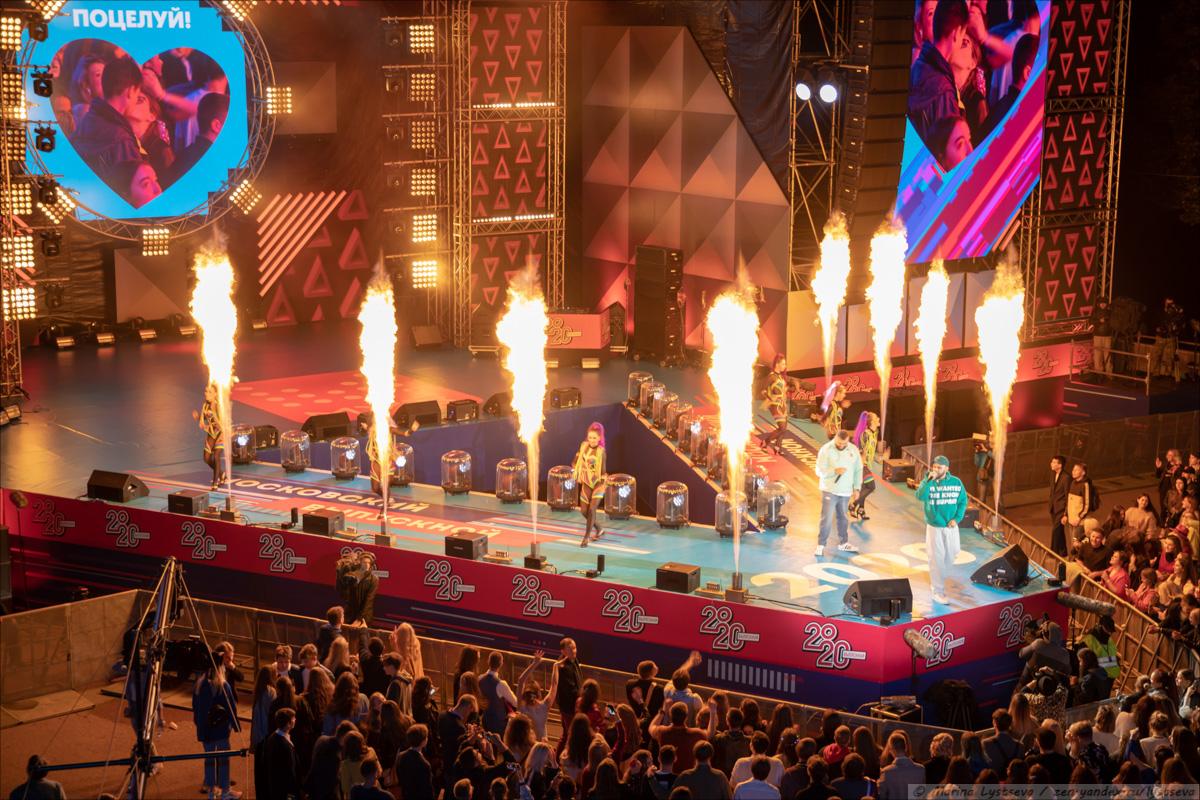 Как в парке культуры выпускникам-2020 концерт и салют давали 6Y9A9452