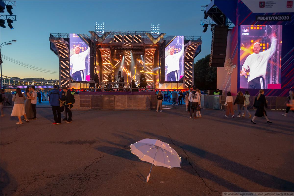 Как в парке культуры выпускникам-2020 концерт и салют давали B79Q3122