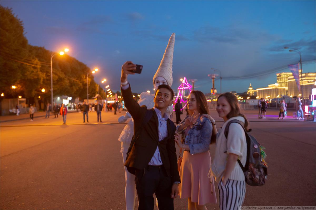 Как в парке культуры выпускникам-2020 концерт и салют давали B79Q3123
